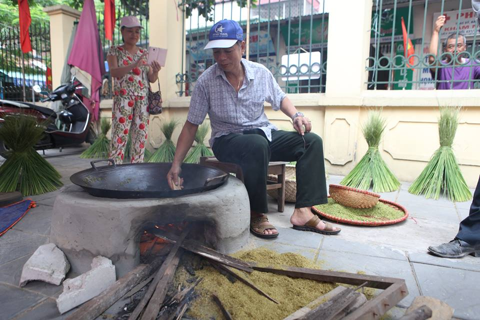 Lễ hội cốm được người dân làng Vòng tái hiện lại.